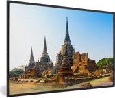 Foto in lijst - Mooie blauwe lucht boven de tempels in Ayutthaya fotolijst zwart 60x40 cm - Poster in lijst (Wanddecoratie woonkamer / slaapkamer)