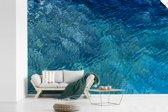 Fotobehang vinyl - Bovenaanzicht van een heldere zee breedte 360 cm x hoogte 240 cm - Foto print op behang (in 7 formaten beschikbaar)