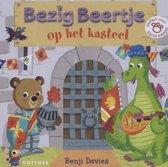 Boek cover Bezig Beertje op het kasteel 1+ van Benji Davies
