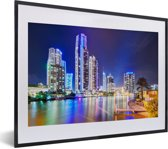 Foto in lijst - Verlichte stadshorizon van Gold Coast in Australië tijdens de nacht fotolijst zwart met witte passe-partout klein 40x30 cm - Poster in lijst (Wanddecoratie woonkamer / slaapkamer)