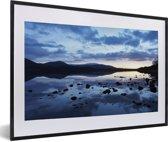 Foto in lijst - Lucht reflecteert in de wateren van het Nationaal park Cairngorms fotolijst zwart met witte passe-partout 60x40 cm - Poster in lijst (Wanddecoratie woonkamer / slaapkamer)