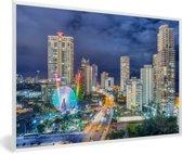Foto in lijst - De skyline van de Gold Coast 's nachts in Queensland fotolijst wit 60x40 cm - Poster in lijst (Wanddecoratie woonkamer / slaapkamer)