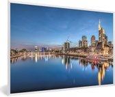 Foto in lijst - Verlichting in de Duitse stad Frankfurt am Main fotolijst wit 60x40 cm - Poster in lijst (Wanddecoratie woonkamer / slaapkamer)