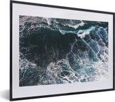 Foto in lijst - Luchtfoto van golven fotolijst zwart met witte passe-partout klein 40x30 cm - Poster in lijst (Wanddecoratie woonkamer / slaapkamer)