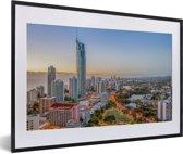 Foto in lijst - De stedelijke horizon van de stad Gold Coast bij Queensland in Australië fotolijst zwart met witte passe-partout 60x40 cm - Poster in lijst (Wanddecoratie woonkamer / slaapkamer)