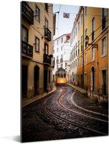 Tram bij het Alfama Portugese Lissabon Aluminium 60x90 cm - Foto print op Aluminium (metaal wanddecoratie)
