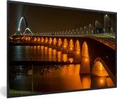 Foto in lijst - Verlichting van de Waalbrug in de Nederlandse stad Nijmegen fotolijst zwart 60x40 cm - Poster in lijst (Wanddecoratie woonkamer / slaapkamer)