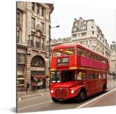 Een rode dubbeldekker bus in Londen Aluminium 90x90 cm - Foto print op Aluminium (metaal wanddecoratie)