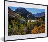 Foto in lijst - Meertje in het berglandschap van het Nationaal park Sierra Nevada in de VS fotolijst zwart met witte passe-partout klein 40x30 cm - Poster in lijst (Wanddecoratie woonkamer / slaapkamer)