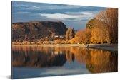 Weerspiegeling van herfstwilgen in het Wanakameer in Nieuw Zeeland Aluminium 180x120 cm - Foto print op Aluminium (metaal wanddecoratie) XXL / Groot formaat!