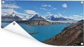 Uitzicht op een grote valleigletsjer met op de voorgrond een helderblauw meer Tuinposter 160x80 cm - Tuindoek / Buitencanvas / Schilderijen voor buiten (tuin decoratie)