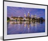 Foto in lijst - Paarse tinten boven een prachtig verlicht Melbourne in Australië fotolijst zwart met witte passe-partout 60x40 cm - Poster in lijst (Wanddecoratie woonkamer / slaapkamer)