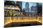 Gele verlichting bij het September 11 Memorial in New York Aluminium 90x60 cm - Foto print op Aluminium (metaal wanddecoratie)