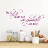 Muursticker De Liefde In De Pan Is De Glimlach Aan Tafel -  Roze -  160 x 68 cm  - Muursticker4Sale