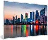 Foto in lijst - Skyline van kleurrijke gebouwen in de Chinese stad Qingdao fotolijst wit 60x40 cm - Poster in lijst (Wanddecoratie woonkamer / slaapkamer)