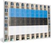 Foto in lijst - De vlag van Estland op een gebouw fotolijst wit 60x40 cm - Poster in lijst (Wanddecoratie woonkamer / slaapkamer)