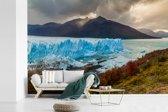 Fotobehang vinyl - De Perito Moreno gletsjer met een mooie berg op de achtergrond breedte 600 cm x hoogte 400 cm - Foto print op behang (in 7 formaten beschikbaar)