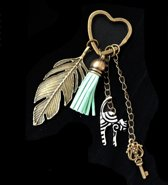 Sleutelhanger tashanger bronskleur met veer kat kwastje en hart