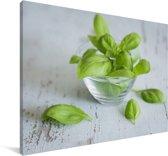 Verse basilicumbladeren in een glazen bakje Canvas 60x40 cm - Foto print op Canvas schilderij (Wanddecoratie woonkamer / slaapkamer)