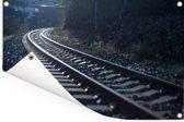 Donkere foto van een spoorweg Tuinposter 180x120 cm - Tuindoek / Buitencanvas / Schilderijen voor buiten (tuin decoratie) XXL / Groot formaat!