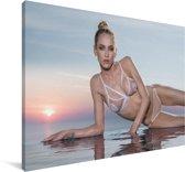 Een vrouw in een witte bikini Canvas 180x120 cm - Foto print op Canvas schilderij (Wanddecoratie woonkamer / slaapkamer) XXL / Groot formaat!
