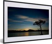 Foto in lijst - Zonsondergang over het Loch Lomond meer met een kleurrijke hemel fotolijst zwart met witte passe-partout 60x40 cm - Poster in lijst (Wanddecoratie woonkamer / slaapkamer)