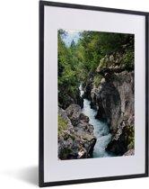 Foto in lijst - Soca-rivier in het Nationaal Park Triglav in Slovenië fotolijst zwart met witte passe-partout 40x60 cm - Poster in lijst (Wanddecoratie woonkamer / slaapkamer)