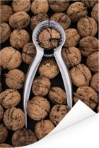 Hele hoop bruine walnoten met notenkraker Poster 40x60 cm - Foto print op Poster (wanddecoratie woonkamer / slaapkamer)