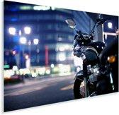 Motorfiets midden in de avond in een stad Plexiglas 90x60 cm - Foto print op Glas (Plexiglas wanddecoratie)