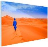 Een Berber loopt in de woestijn Glas 90x60 cm - Foto print op Glas (Plexiglas wanddecoratie)