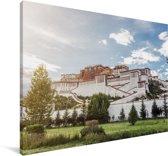 Zonnestralen langs het Potalapaleis in Tibet Canvas 90x60 cm - Foto print op Canvas schilderij (Wanddecoratie woonkamer / slaapkamer)