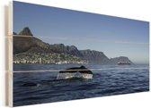 De staart van een walvis met op de achtergrond de Tafelberg en Kaapstad Vurenhout met planken 80x40 cm - Foto print op Hout (Wanddecoratie)
