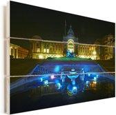 Schitterende blauwe fontein voor het raadhuis in Birmingham Vurenhout met planken 120x80 cm - Foto print op Hout (Wanddecoratie)
