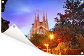 Sagrada Familia-kathedraal in de schemering Barcelona Tuinposter 90x60 cm - Tuindoek / Buitencanvas / Schilderijen voor buiten (tuin decoratie)
