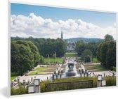 Foto in lijst - Het sculptuurmuseum Vigelandpark bij Oslo in Noorwegen fotolijst wit 60x40 cm - Poster in lijst (Wanddecoratie woonkamer / slaapkamer)