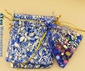 50x Blauwe Tulle Organza zakjes 10 x 15 cm met trekkoordje. Snoepzakjes – cadeauzakjes – trouwerij – trouwfeest – babyshower – rozen – royal blue met gouden rozen opdruk