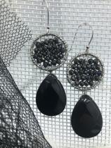 zilverkleurige oorhangers met zwarte facet geslepen glaskralen