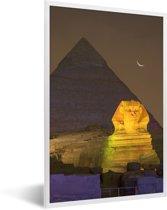 Foto in lijst - Kleine maan bij de Sfinx van Gizeh in de nacht in Egypte fotolijst wit 40x60 cm - Poster in lijst (Wanddecoratie woonkamer / slaapkamer)