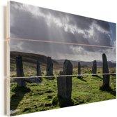 Donkere wolken bij de Schotse Calanais Standing Stones Vurenhout met planken 90x60 cm - Foto print op Hout (Wanddecoratie)