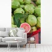 Fotobehang vinyl - Guave op een toonbank op een vintage Aziatische markt breedte 190 cm x hoogte 280 cm - Foto print op behang (in 7 formaten beschikbaar)