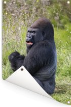 Een naar voedsel zoekende zwarte Gorilla Tuinposter 60x90 cm - Tuindoek / Buitencanvas / Schilderijen voor buiten (tuin decoratie)