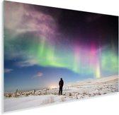 Een man kijkt naar poollicht in het noorden van IJsland Plexiglas 30x20 cm - klein - Foto print op Glas (Plexiglas wanddecoratie)