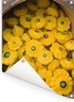 Verse gele patissons vallend uit een grote mand Tuinposter 60x80 cm - Tuindoek / Buitencanvas / Schilderijen voor buiten (tuin decoratie)