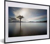 Foto in lijst - Uitzicht over het meer van Loch Lomond in Schotland met een grijze hemel fotolijst zwart met witte passe-partout klein 40x30 cm - Poster in lijst (Wanddecoratie woonkamer / slaapkamer)