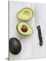 Avocado gesneden met een mes Aluminium 60x90 cm - Foto print op Aluminium (metaal wanddecoratie)