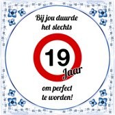 Verjaardag Tegeltje met Spreuk (19 jaar): bij jou duurde het slechts 19 jaar om perfect te worden + Cadeau verpakking & Plakhanger
