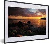 Foto in lijst - Prachtige zonsondergang over Naoshima in Japan fotolijst zwart met witte passe-partout klein 40x30 cm - Poster in lijst (Wanddecoratie woonkamer / slaapkamer)