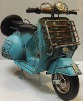 Lichtblauwe Vespa scooter van blik