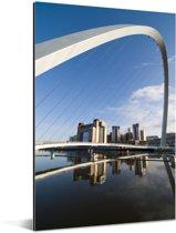 Het stadslandschap van Londen en de Millennium Bridge onder een helderblauwe lucht Aluminium 40x60 cm - Foto print op Aluminium (metaal wanddecoratie)