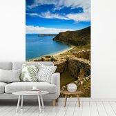 Fotobehang vinyl - Zonnetempel ruïne aan blauw water Isla del Sol Bolivia breedte 335 cm x hoogte 500 cm - Foto print op behang (in 7 formaten beschikbaar)